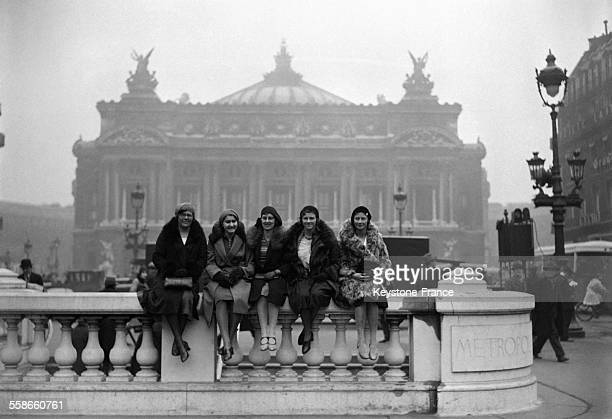 L'équipe des nageuses du Mermaid Swimming Club de Londres venue participer à une réunion internationale de natation est photographiée Place de...