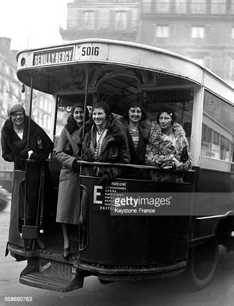 L'équipe des nageuses du Mermaid Swimming Club de Londres venue participer à une réunion internationale de natation est photographiée dans un autobus...