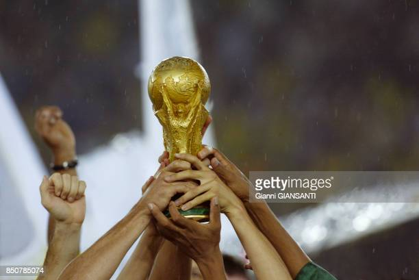 L'équipe du Brézil soulève le trophée après avoir remporté la finale de la Coupe de Monde contre l'Allemagne Yokohama le 26 juin 2002 Japon