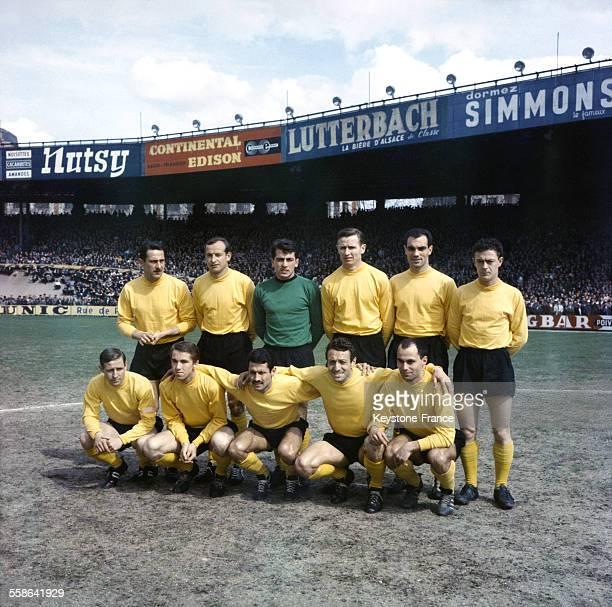 équipes de Reims demifinalistes pose lors de la demifinale MonacoReims de la Coupe de France de football en 1963
