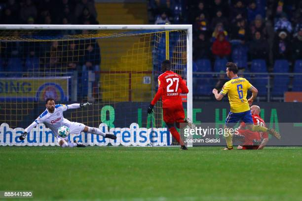 Quirin Moll of Braunschweig challenges Kenneth Kronholm Kingsley Schindler and Patrick Herrmann of Kiel during the Second Bundesliga match between...