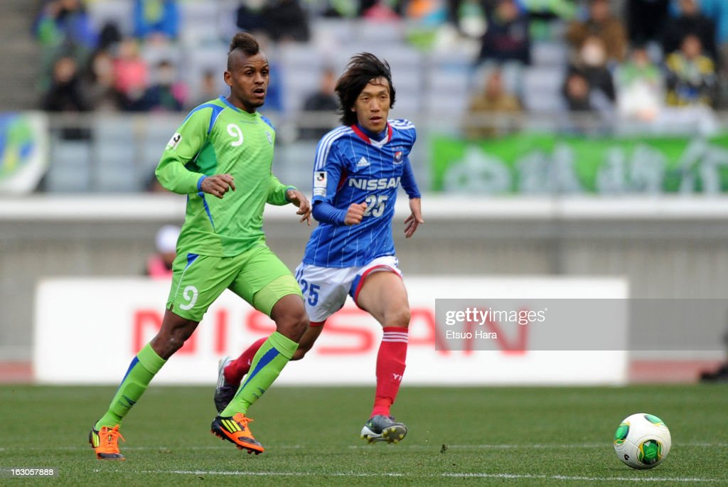 Quirino (L) of Shonan Bellmare and <a gi-track='captionPersonalityLinkClicked' href=/galleries/search?phrase=Shunsuke+Nakamura&family=editorial&specificpeople=242866 ng-click='$event.stopPropagation()'>Shunsuke Nakamura</a> of Yokohama F.Marinos compete for the ball during the J.League match between Yokohama F.Marinos and Shonan Bellmare at Nissan Stadium on March 2, 2013 in Yokohama, Kanagawa, Japan.