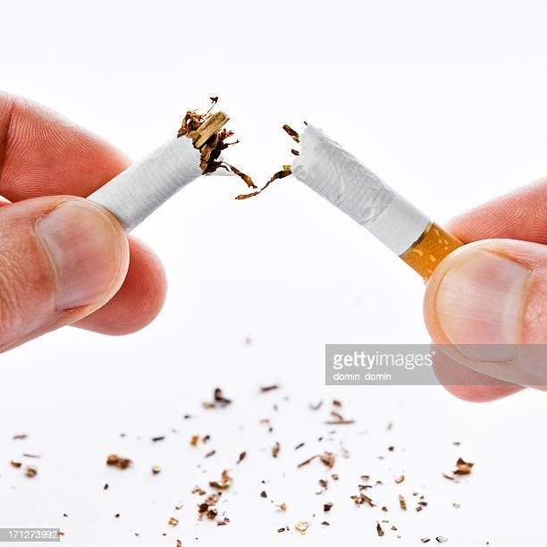 Mit dem Rauchen aufhören, Zigarette broken in half, isoliert auf weiss