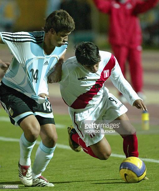 Alexis Machuca de Argentina disputa un balon con Irven Avila de Peru en partido de la ronda final del Campeonato Sudamericano categoria sub17 en el...