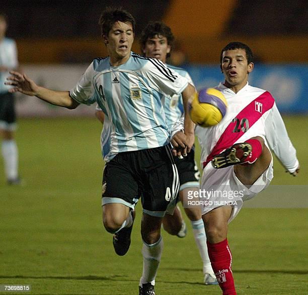 Damian Martinez de Argentina disputa un balon con Gary Correa de Peru durante la ronda final del Campeonato Sudamericano sub17 en el estadio Olimpico...