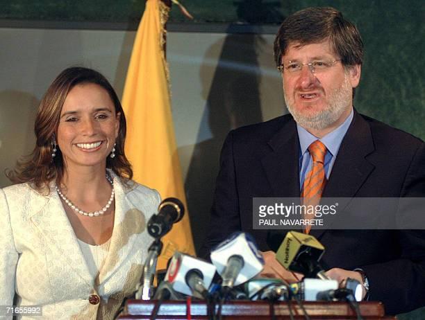 El canciller ecuatoriano Fernando Carrion brinda una conferencia de prensa junto a su par colombiana Maria Consuelo Araujo al terminar una reunion de...