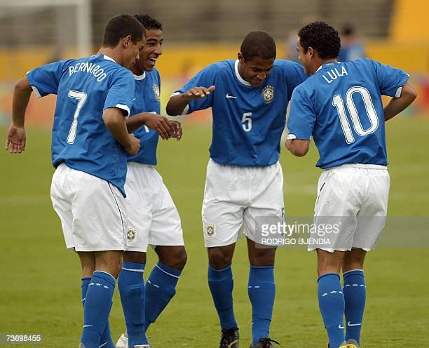 El jugador brasileno Lula festeja su gol con Bernardo Tiago y Felipe convertido frente a Ecuador en partido de la ronda final del Campeonato...