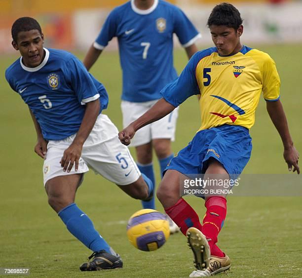 Felipe de Brasil intenta detener a David Pinto de Ecuador durante la ronda final del Campeonato Sudamericano sub17 en el estadio Olimpico Atahualpa...
