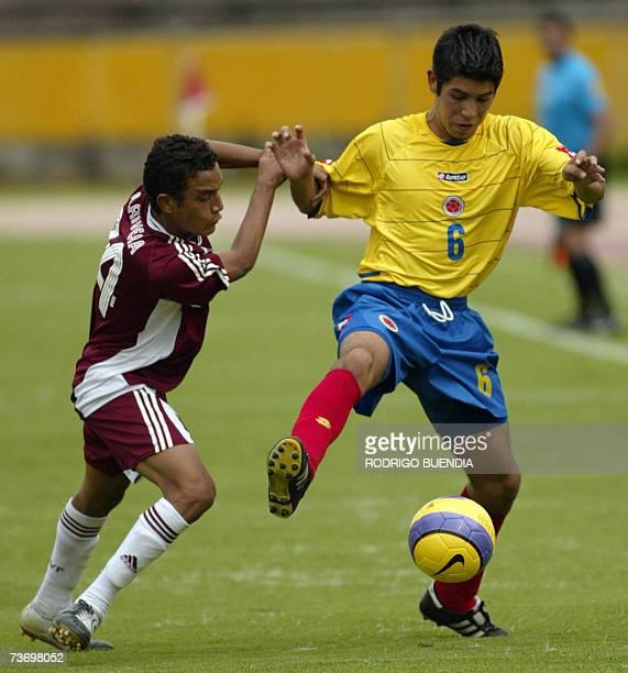 Jualian Guillermo de Colombia disputa un balon con Angel Rivera de la seleccion de Venezuela durante la ronda final del Campeonato Sudamericano sub17...