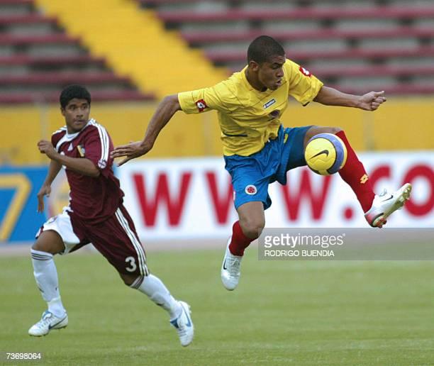 Santiago Trellez de la seleccion sub17 de Colombia disputa el balon con Carlos Fernandez de la seleccion de Venezuela durante la ronda final del...