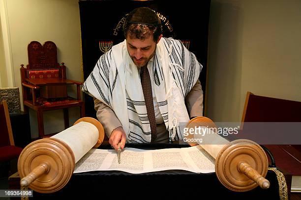 Rabbi Gabriel Fahri reading the Torah in Surmelin synagogue