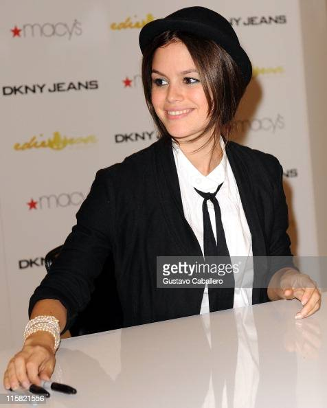 Rachel Bilson and DKNY JEANS launch their new jeans collection at Macy's Aventura on September 28 2008 in Aventura Florida