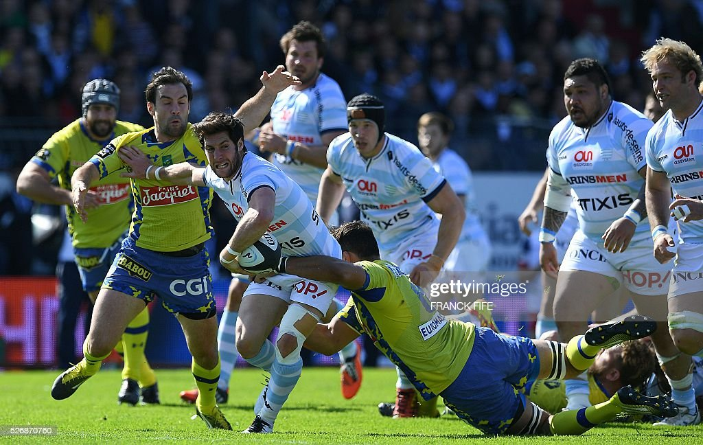 Racing 92 French scrumhalf Maxime Machenaud (C) runs with the ball as he pushes back Clermont's French scrum-half Morgan Parra (L) during the French Top 14 rugby union match between Racing 92 vs Clermont at Yves du Manoir stadium in Colombes on May 1, 2016. / AFP / FRANCK