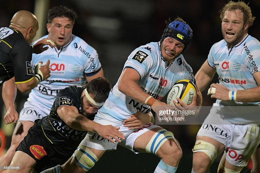 Racing 92's French flanker Luc Barba (C) runs with the ball during the French Top 14 rugby union match La Rochelle vs Racing 92 on May 27, 2016 at the Marcel Deflandre stadium in La Rochelle, southwestern France.
