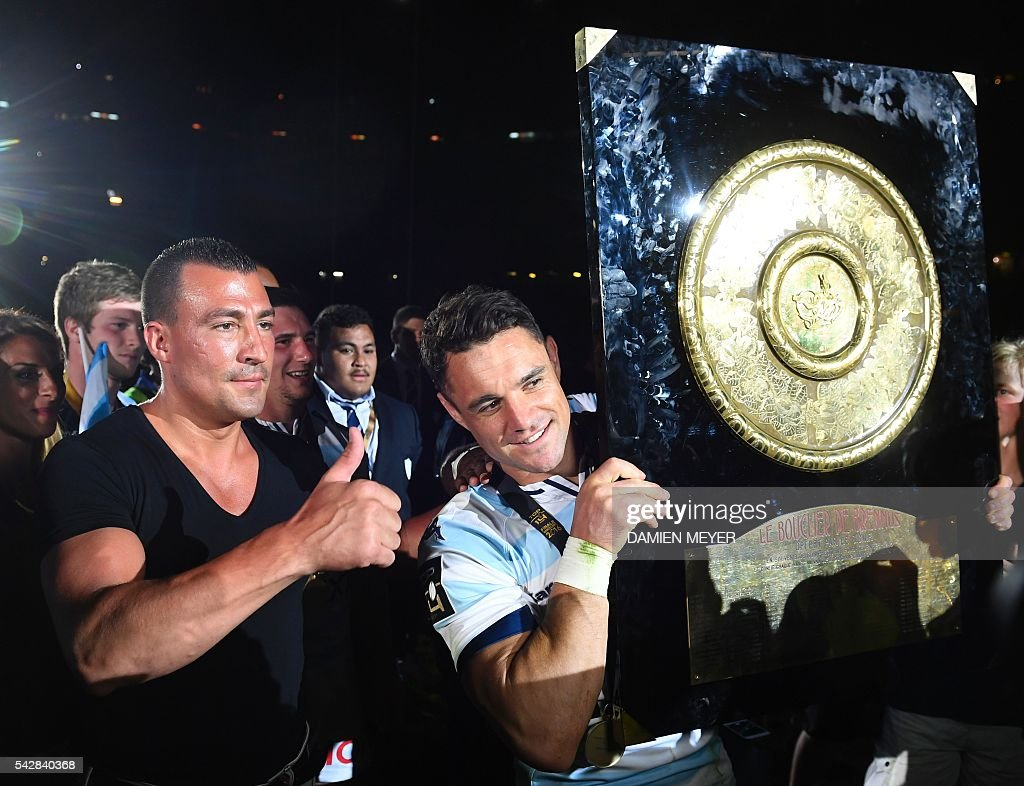 Racing Metro 92 French fullback Brice Dulin (R) celebrates with the 'Bouclier de Brennus' (Brennus Shield) after winning the French Top14 rugby union final match Toulon vs Racing 92 at the Camp Nou stadium in Barcelona on June 24, 2016. / AFP / DAMIEN