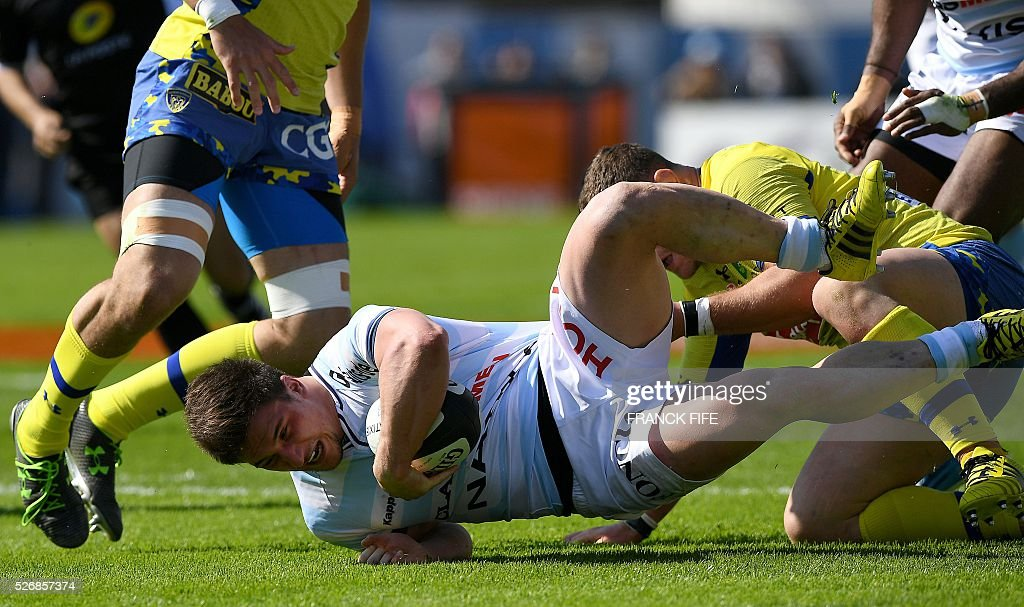 Racing Metro 92 French hooker Camille Chat (front) is tackled by Clermont's French hooker Benjamin Kayser (R) during the French Top 14 rugby union match between Racing Metro 92 vs Clermont at Yves du Manoir stadium in Colombes on May 1, 2016. / AFP / FRANCK