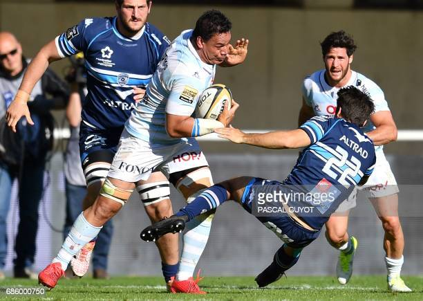 Racing Metro 92 New Zealand Number Eight Chris Masoe vies with Montpellier's South African flyhalf Demetri Catrakilis during the French Top 14 Rugby...