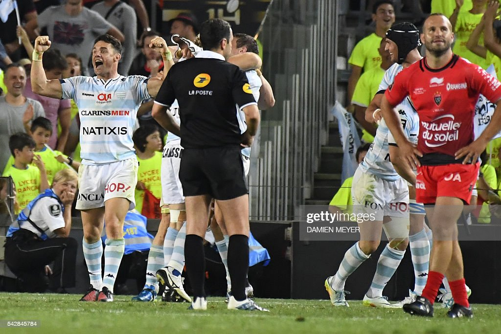 Racing Metro 92's New Zealander flyhalf Dan Carter (L) celebrates winning as RC Toulon's French flyhalf Frederic Michalak (R) looks on after the French Top14 rugby union final match Toulon - Racing 92 at the Camp Nou stadium in Barcelona on June 24, 2016. / AFP / DAMIEN