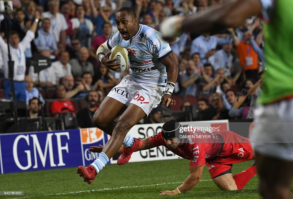 Racing Metro 92's New Zealander wing Joe Rokocoko (L) runs to score his try during the French Top14 rugby union final match Toulon vs Racing 92 at the Camp Nou stadium in Barcelona on June 24, 2016. / AFP / DAMIEN