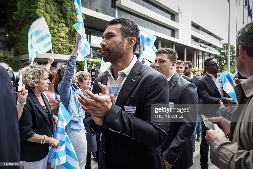 Racing Metro 92's players arrive at the Hauts-de-Seine government house following the team victory of the French Top14 rugby union final match Toulon vs Racing 92 in Nanterre on the outskirts of Paris on June 29, 2016. / AFP / PHILIPPE