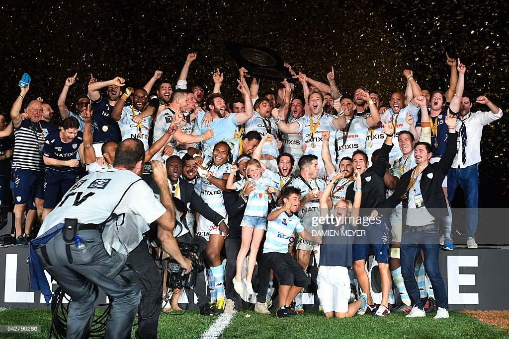 Racing Metro 92's players celebrate with the 'Bouclier de Brennus' (Brennus Shield) after winning the French Top14 rugby union final match Toulon vs Racing 92 at the Camp Nou stadium in Barcelona on June 24, 2016. / AFP / DAMIEN