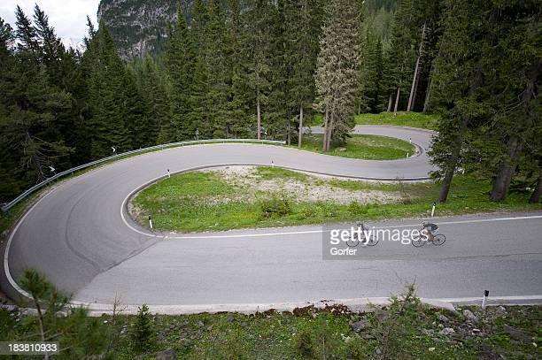 Racing team auf eine kurvenreiche downhill