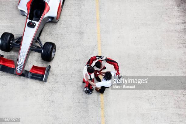 Racing team umarmen auf track