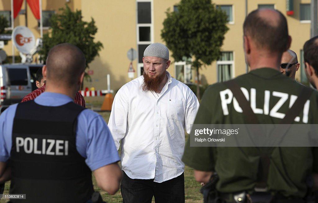 photos et images de radical muslim cleric pierre vogel leads, Einladung