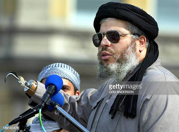 Radical muslim clerk Sheikh Abu Hamza gestures while addressing devotees at the 'Rally for Islam' at Trafalgar Square in central London 25 August...
