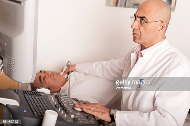Radiologist examining carotid with ultraschall