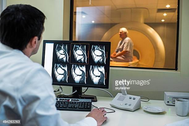 Radiologe untersuchen MRI scanner.