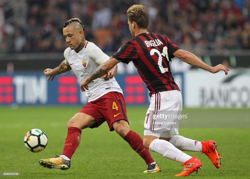 Radja Nainggolan (L) of AS Roma competes for the ball withis challenged by Lucas Biglia (R) of AC Milan during the Serie A match between AC Milan and AS Roma at Stadio Giuseppe Meazza on October 1, 2017 in Milan, Italy.