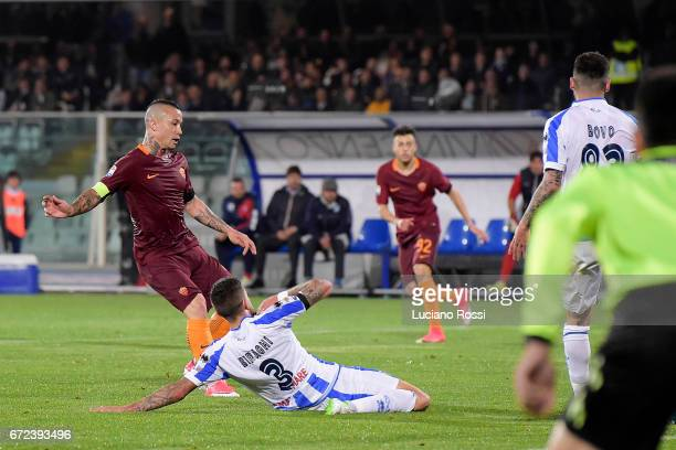Radja Nainggolan of AS Roma scores a goal during the Serie A match between Pescara Calcio and AS Roma at Adriatico Stadium on April 24 2017 in...
