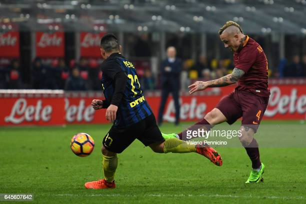 Radja Nainggolan of AS Roma scores his second goal during the Serie A match between FC Internazionale and AS Roma at Stadio Giuseppe Meazza on...