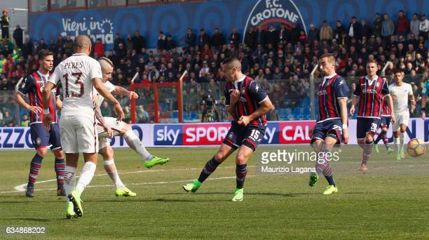 Radja Nainggolan of Roma scores the opening goal during the Serie A match between FC Crotone and AS Roma at Stadio Comunale Ezio Scida on February 12...