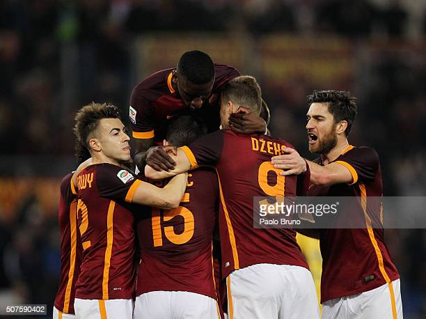 Radja Nainggolan with his teammates of AS Roma celebrates after scoring the opening goal during the Serie A match between AS Roma and Frosinone...