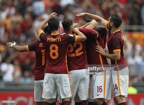 Radja Nainggolan with his teammates of AS Roma celebrates after scoring the opening goal during the Serie A match between AS Roma and AC Chievo...