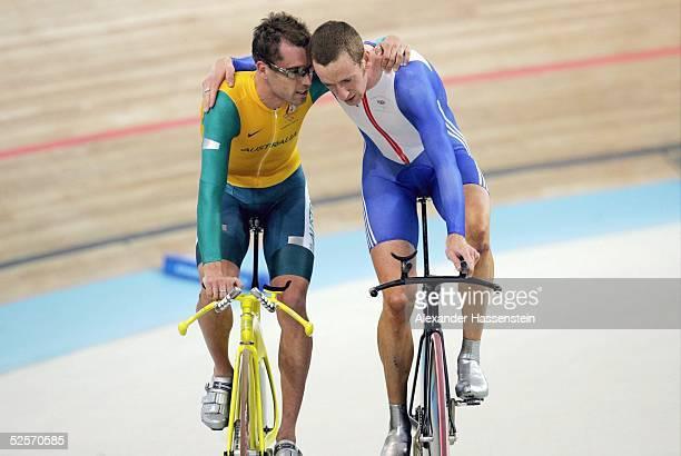 Radsport Olympische Spiele Athen 2004 Athen Bahnrad / Einzelzeitfahren / Maenner Gold Bradley WIGGINS / GBR auf der Ehrenrunde gemeinsam mit dem...