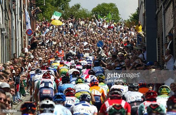 Radsport Tour de France 2004 3 Etappe / Waterloo Wasquehal Das Feld klettert die Moor von Gerardsbergen hinauf und wird von tausenden Fans angefeuert...