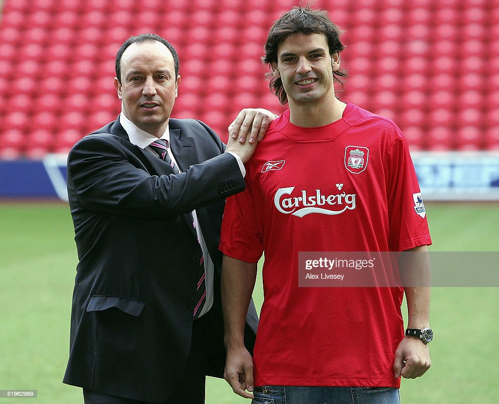 ¿Cuánto mide Rafa Benítez? Rafael-benitez-the-manager-of-liverpool-shows-off-his-new-signing-picture-id51962989