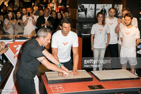 Rafael Nadal Visits The Nike Champs Elysee Store In Paris : Photo d'actualité