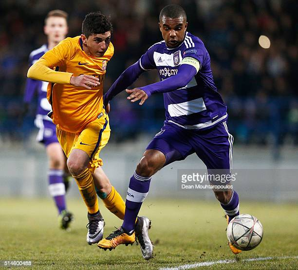 Rafael Rafa Mujica Garcia of Barcelona battles for the ball with Nathan De Medina of Anderlecht during the UEFA Youth League Quarterfinal match...