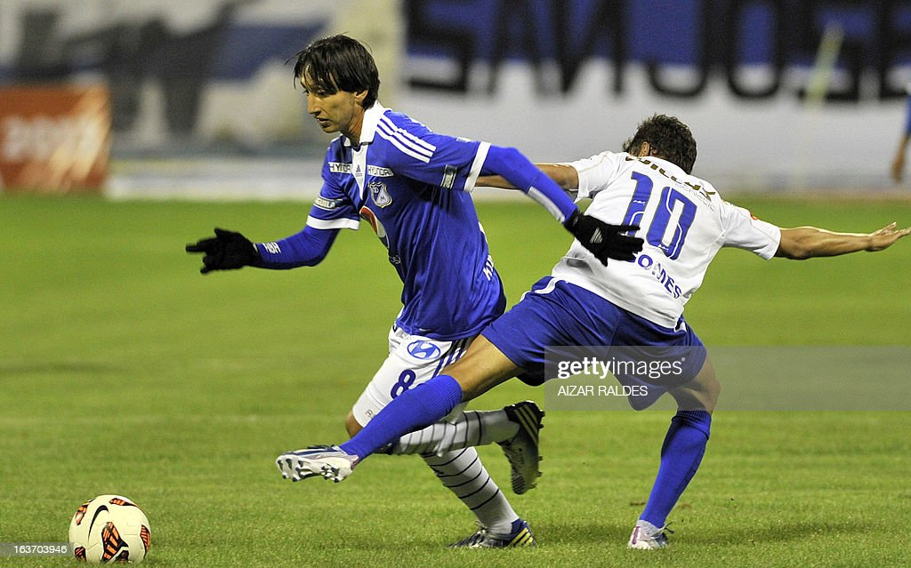 Rafael Robayo (L) of Colombia´s Millonarios vies for the ball with Marcelo Gomez (R) of Bolivia's San Jose during their Copa Libertadores football match at Jesus Bermudez stadium in Oruro, Bolivia, on March 14, 2013.AFP PHOTO/Aizar Raldes