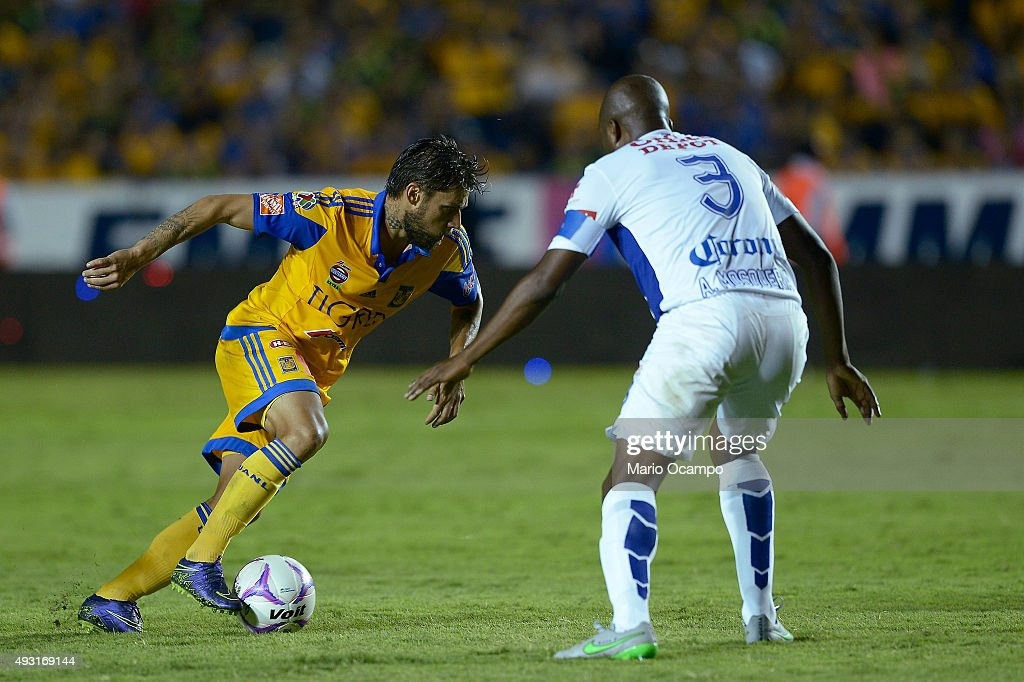 <a gi-track='captionPersonalityLinkClicked' href=/galleries/search?phrase=Rafael+Sobis&family=editorial&specificpeople=682143 ng-click='$event.stopPropagation()'>Rafael Sobis</a> of Tigres fights for the ball with <a gi-track='captionPersonalityLinkClicked' href=/galleries/search?phrase=Aquivaldo+Mosquera&family=editorial&specificpeople=624234 ng-click='$event.stopPropagation()'>Aquivaldo Mosquera</a> of Pachuca during the 13th round match between Tigres UANL and Pachuca as part of the Apertura 2015 Liga MX at Universitario Stadium on October 17, 2015 in Monterrey, Mexico.