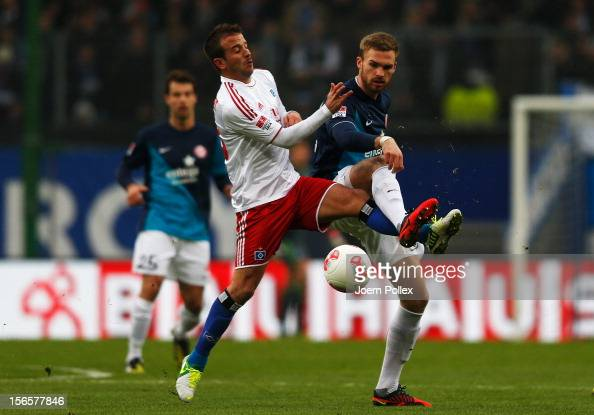 Rafael van der Vaart of Hamburg and Jan Kirchhoff of Mainz compete for the ball during the Bundesliga match between Hamburger SV and 1 FSV Mainz 05...