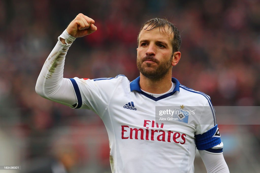 <a gi-track='captionPersonalityLinkClicked' href=/galleries/search?phrase=Rafael+van+der+Vaart&family=editorial&specificpeople=210815 ng-click='$event.stopPropagation()'>Rafael van der Vaart</a> of Hamburg celebrates with the fans after the Bundesliga match between 1. FC Nuernberg and Hamburger SV at Grundig Stadium on October 6, 2013 in Nuremberg, Germany.