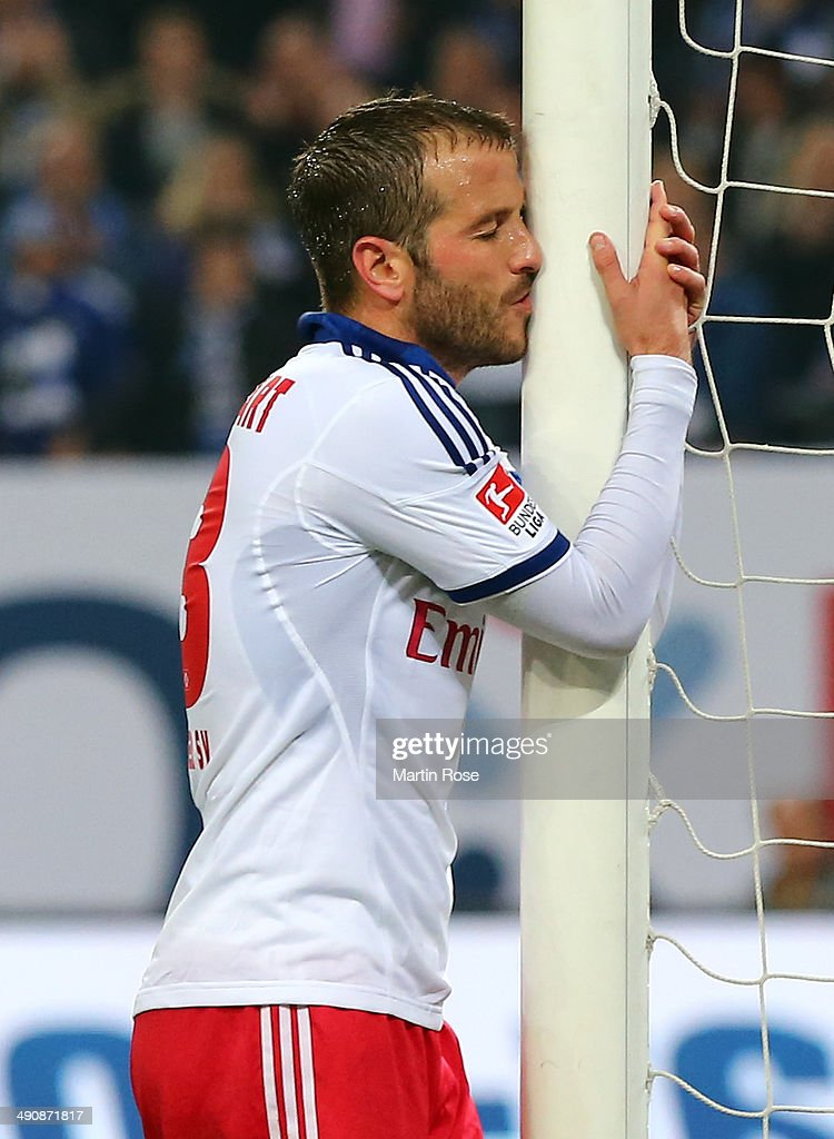 <a gi-track='captionPersonalityLinkClicked' href=/galleries/search?phrase=Rafael+van+der+Vaart&family=editorial&specificpeople=210815 ng-click='$event.stopPropagation()'>Rafael van der Vaart</a> of Hamburg reacts during the 1. Bundesliga Playoff First Leg match between between Hamburger SV and Greuther Fuerth at Imtech Arena on May 15, 2014 in Hamburg, Germany.