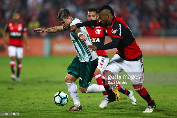 Rafael Vaz of Flamengo struggles for the ball with Roger Guedes of Palmeiras during a match between Flamengo and Palmeiras as part of Brasileirao...