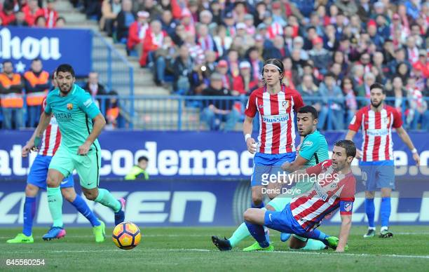 Rafinha Alcantara of FC Barcelona shoots Gabi Fernandez of Club Atletico de Madrid to score his team's 1st goal during the La Liga match between Club...