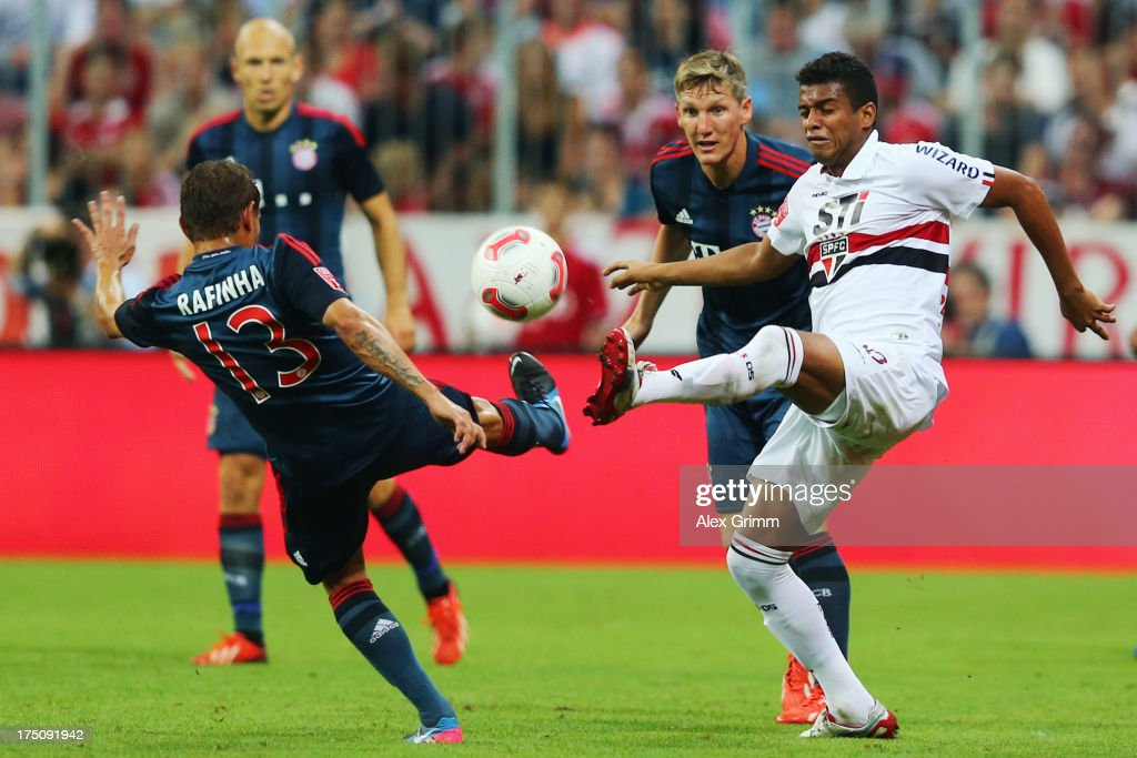 <a gi-track='captionPersonalityLinkClicked' href=/galleries/search?phrase=Rafinha+-+Soccer+Right+Back+-+Born+1985&family=editorial&specificpeople=634874 ng-click='$event.stopPropagation()'>Rafinha</a> (L) of Muenchen is challenged by Reinaldo of Sao Paulo during the Audi Cup match between FC Bayern Muenchen and FC Sao Paulo at Allianz Arena on July 31, 2013 in Munich, Germany.